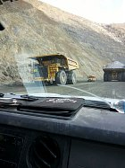 Autobus versus tohle obrovitánské nákladní auto