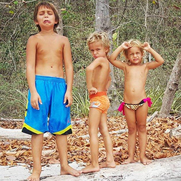 Všechny tři děti Helena Houdová vyučuje sama.