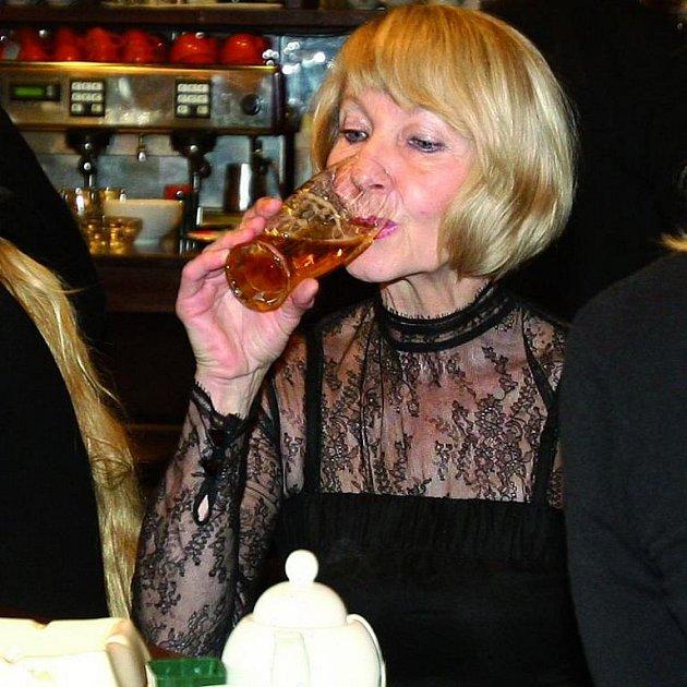 Místo sektu dala Daniela Kolářová na premiéře filmu Kawasakiho růže přednost pivu.