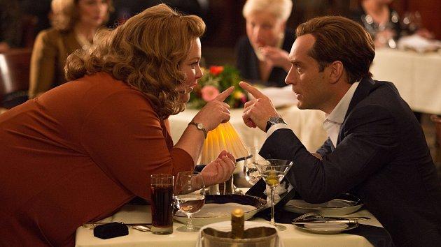 Melissa McCarthyová a Jude Law ve filmu Špión