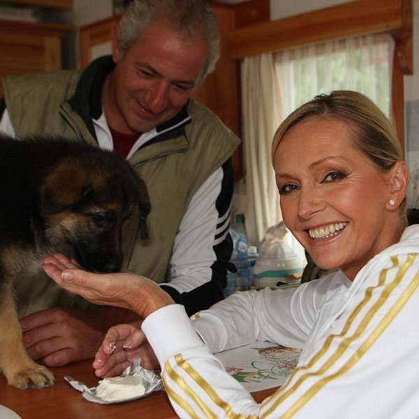 Helena Vondráčková s manželem a novým štěňátkem