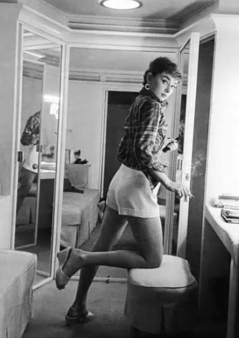 Audrey Hepburn při pauze na cigaretu.