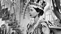 Alžběta se na rady své matky a premiéra Winstona Churchilla ponechala své příjmení.