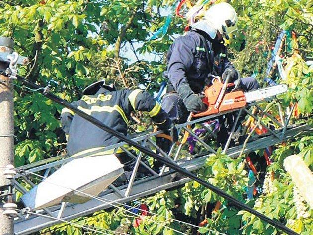 Strom z elektrického vedení sundali hasiči.