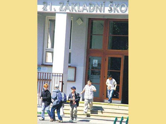 Plzeňská 21. základní škola se zbavila prodělečných osmáků tak, že je vyhodila na dlažbu.