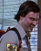 Poručík Goofy Gilmore je místní podivín a nechuťák. Ve finále zjistíme, že právě on je vrahem celého okolí a že to vůbec není retardovaný muž.