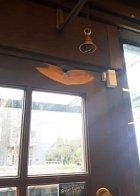 Dveře otlučené od zvonu.