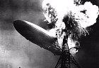 Hindenburgská katastrofa vzducholodi.