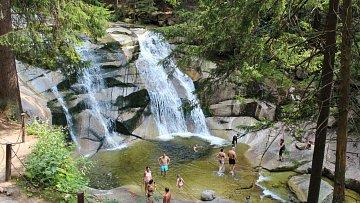 Mumlavské vodopády prostě musíte vidět. A když už tu budete, proč se rovnou nevykoupat?