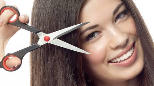 Pravidelné zastřihávání vlasů je prý prospěšné. Opravdu?