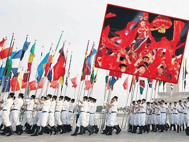 Čínští vojáci s vlajkami účastnických zemí OH ´08 a tanečníci při slavnostním ceremoniálu.