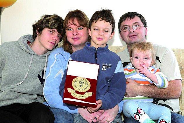 Rodinka pěkně pohromadě: zleva nejstarší syn Staník, maminka, Patrik, tatínek a na klíně malý Martínek