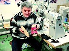 Začínal podnikat doslova na koleni, dnes nestačí stélky vyrábět.