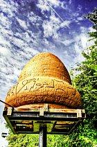 Maketa kecksburského žaludu stojí veměstě jako památník.