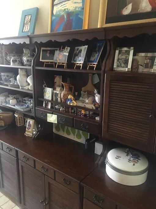 Po celém bytě je spousta starožitného nábytku.