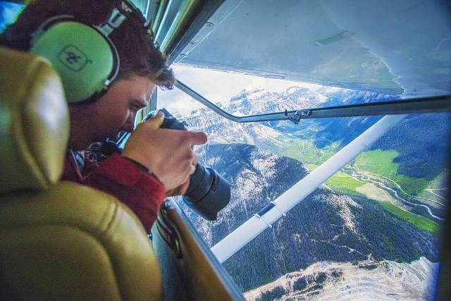 Andrew Cooney ukázal izáběry ze zákulisí. Některé fotil přímo zokénka letadla!