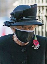 Královna Alžběta II. s rouškou