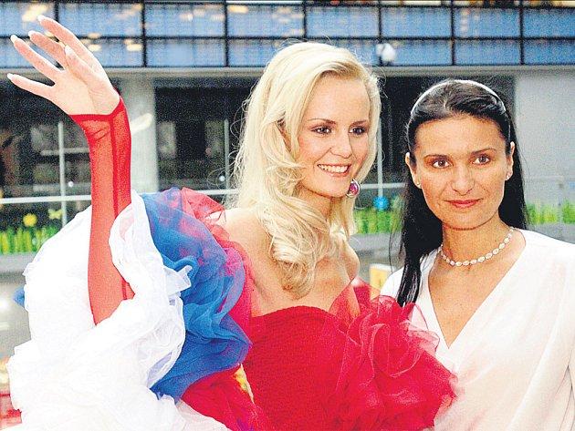 Parafrázi národního kostýmu vytvořila výtvarnice a designérka Helena Kroftová Leisztner. Na snímku s Lucií je však ředitelka České Miss Michaela Maláčová.