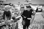 Pracující matka na nákupech.