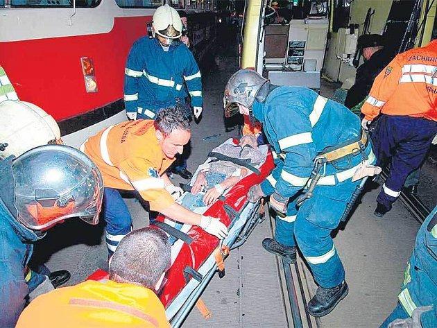 Zraněného muže odvezli do nemocnice.