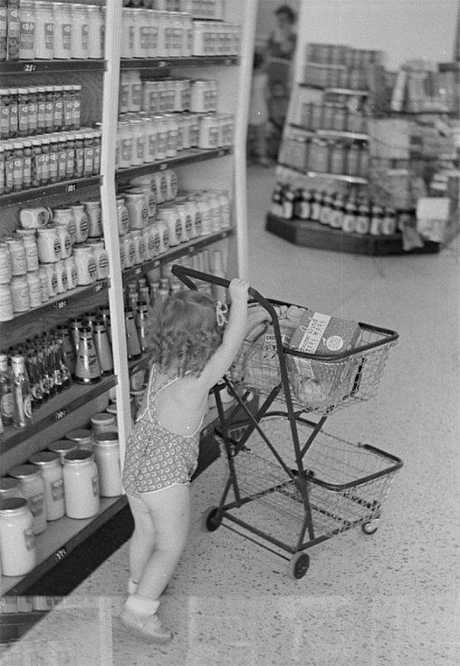 Zatímco maminka vybírala večeři, dcerka šlohla vozík a naplnila ho čokoládou.