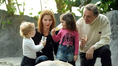 Karel Gott s dcerami rád trávil čas.