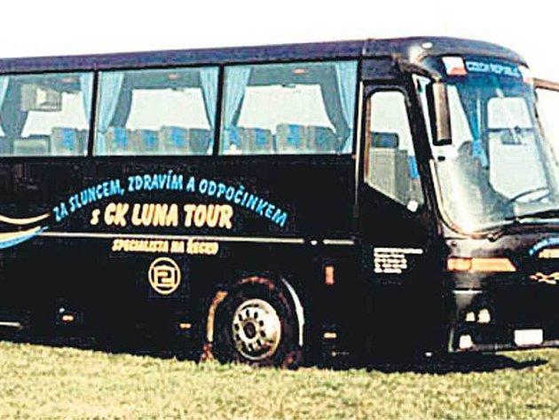 Havarovaný autobus v době, kdy byl pýchou cestovní kanceláře.