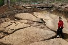 Na úpatí pyramidy jsou ukryté velké kamenné bloky.