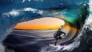 Jeden znejúžasnějších záběrů. Gigantická vlna tvoří vodní tunel asurfaři si užívají netradiční výhled nazápad Slunce.