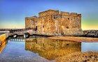 Středověká pevnost na pobřeží Pafosu.