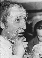 Francouzský režisér Jean-Luc Godard dostal na 38. ročníku dortem do obličeje