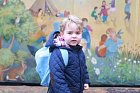 Princ George na cestě do školky.