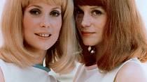 Catherine (vpravo) se sestrou v muzikálu Slečinky z Rochefortu (1967)