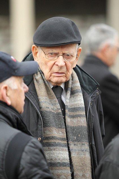 Chybí mu jeho manželka Eva Tichánková.