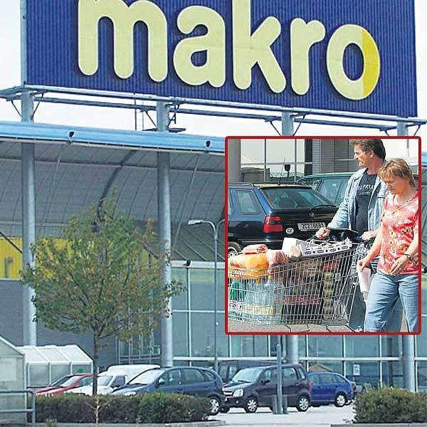 Prodejna Makra v Českých Budějovicích, kde zákazníci našli zkažené potraviny. Spokojení zákazníci (ve výřezu) zatím odcházejí s plnými košíky z Makra v Praze.
