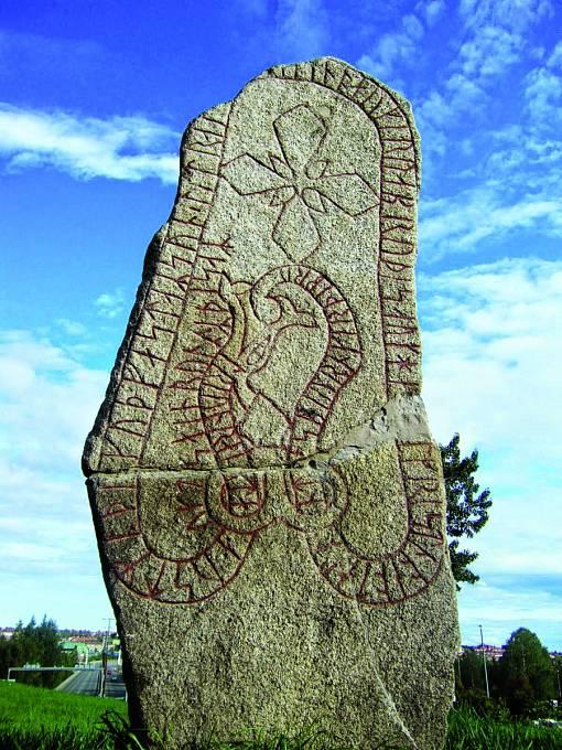 Zhruba metr apůl vysoký runový kámen naostrově Frösön