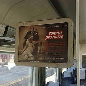 Plakát na film Román pro muže se ve slovenských vlacích dlouho neohřál