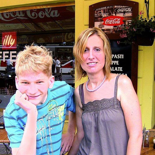Alice Kočová se svým synem.