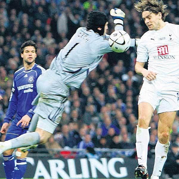 Petr Čech se z vítězství v Ligovém poháru radovat nemohl.
