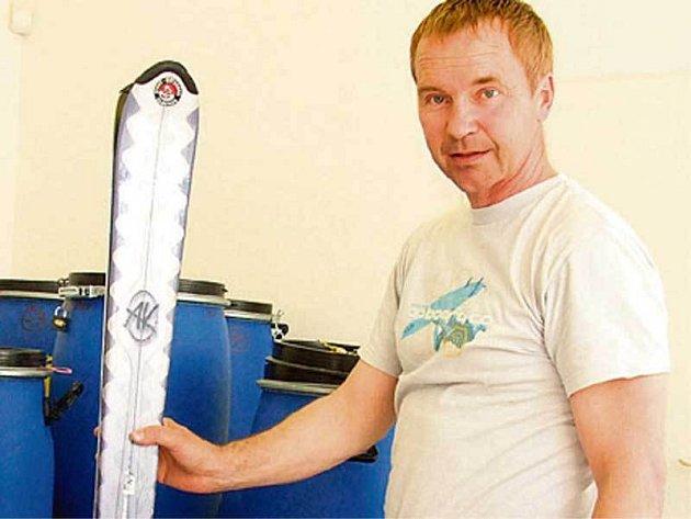 Sulovský ukazuje výstroj, kterou vezou horolezci ve 40 sudech.