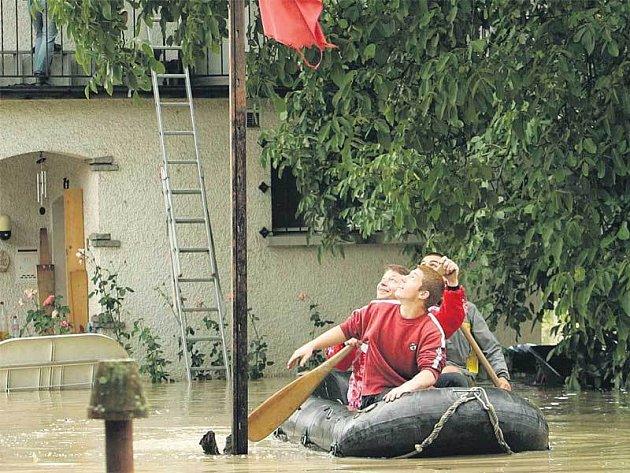 K mnoha domům ve Švýcarsku se dostanou lidé jen na lodích, řada rodin musela být evakuována.