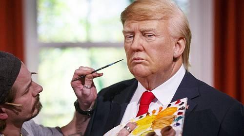 Takhle se před živým vysílání líčí Trump