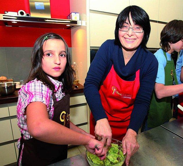 Herečka miluje děti, nedávno je učila vařit.