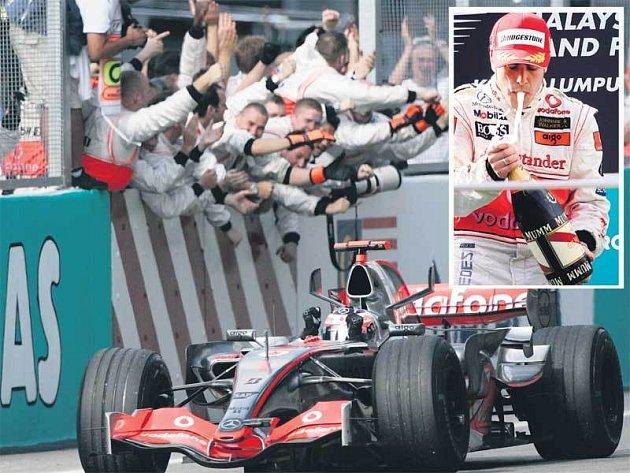 Mechanici McLarenu nadšeně zdraví prvního Alonsa a sledují příjezd jeho stájového kolegy Hamiltona. Na stupních vítězů měl Alonso mnohem větší potíže s bublinkami, než se soupeři na trati.