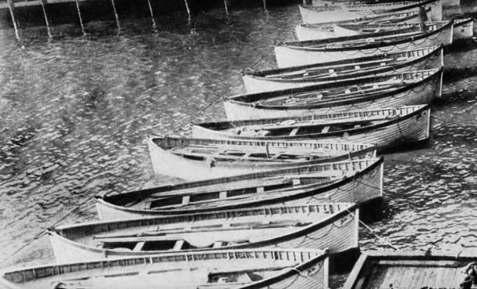 Již prázdné záchranné čluny, které se vrátily do doku White Star Line.