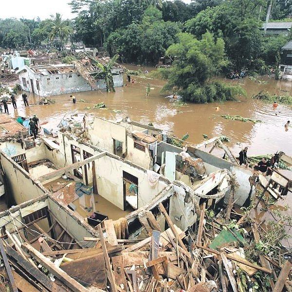 Několikametrová vlna z protržené přehrady zpustošila celou čtvrť.