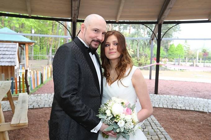 Novomanželé dostali jako svatební dar nové vozidlo.