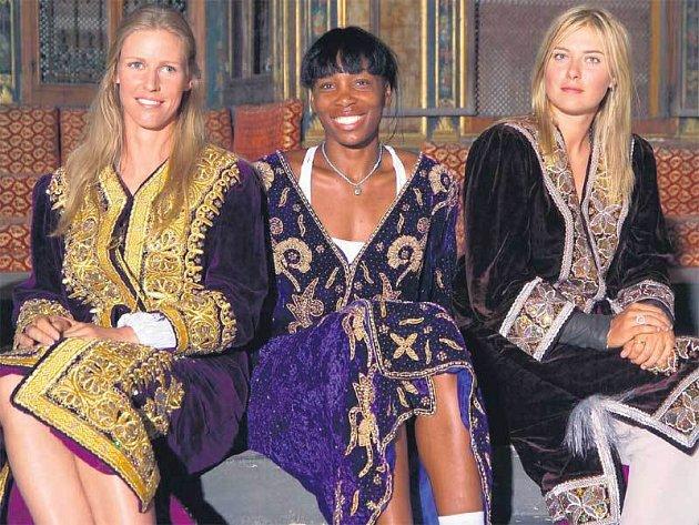 Tři největší hvězdy istanbulského turnaje v tradičních tureckých šatech - zprava Šarapovová, V.Williamsová a Dementěvová.