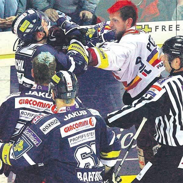 Liberecký Šachl (vlevo) se sparťanem Podlešákem se do sebe pustili, jako by byli v ringu. Pěsti svištěly vzduchem.