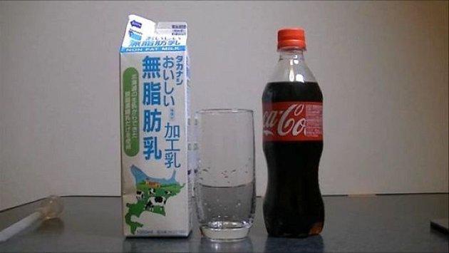 Co se stane, když smícháte mléko s kolou?